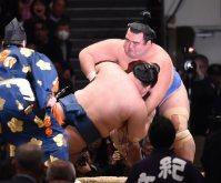 突き落としで豪栄道を破った琴奨菊(右)=東京・両国国技館で2016年1月24日、、竹内幹撮影