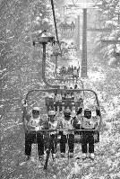 仲良くなった参加者たちでリフトに乗るのも楽しい=長野県山ノ内町で、西本勝撮影