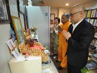 祭壇にはヒンズーの神々の絵や像の他、日本の寺院のお札も置かれていた=大阪市淀川区で、花澤茂人撮影