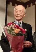 お祝いの会で花束を受ける瀬川昌久さん