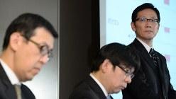 不正会計問題で歴代3社長らの提訴を発表した日の会見で、平田政善常務(右)は決算内容に限定して質疑に応じた=2015年11月7日、徳野仁子撮影