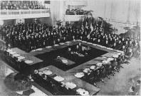ワシントン会議の総会議場に顔をそろえた各国全権団