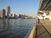 隅田川テラスから厩橋(後方)を望む。対岸に広大な浅草御蔵があった