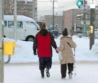 自閉症の長男と歩いて買い物に出掛ける女性=札幌市で、鈴木敦子撮影