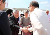 フィリピン訪問の日程を終え、アキノ大統領の見送りを受けられる天皇、皇后両陛下=フィリピン・マニラのニノイ・アキノ国際空港で2016年1月30日午前11時54分(代表撮影)