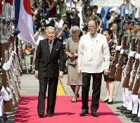 フィリピンのアキノ大統領の見送りを受け、マニラを出発される天皇、皇后両陛下=マニラで2016年1月30日午前11時49分(代表撮影)