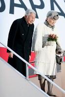 フィリピンから帰国され、出迎えた人たちに一礼する天皇、皇后両陛下=羽田空港で2016年1月30日午後4時50分、森田剛史撮影