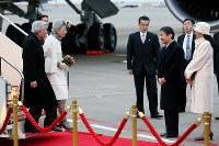 フィリピンから帰国された天皇、皇后両陛下を出迎えられる皇太子ご夫妻=羽田空港で2016年1月30日午後4時49分、森田剛史撮影