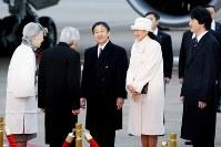 フィリピンから帰国された天皇、皇后両陛下を出迎えられる皇太子ご夫妻と秋篠宮さま=羽田空港で2016年1月30日午後4時49分、森田剛史撮影