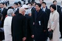 フィリピンから帰国された天皇、皇后両陛下と言葉を交わす安倍晋三首相と昭恵夫人=羽田空港で2016年1月30日午後4時50分、森田剛史撮影