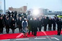 フィリピンから帰国された天皇、皇后両陛下を出迎える大勢の人たち=羽田空港で2016年1月30日午後4時53分、森田剛史撮影