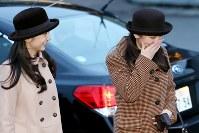 フィリピンから帰国された天皇、皇后両陛下を出迎えた後に笑顔を見せられる秋篠宮家の長女眞子さま、次女佳子さま=羽田空港で2016年1月30日午後4時56分、森田剛史撮影