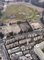 新国立競技場の建設に伴い取り壊される東京都営団地「霞ケ丘アパート」(手前)。奥は競技場建設予定地=東京都新宿区で29日、本社ヘリから
