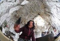 半紙で埋め尽くされた「落書き部屋」=香川県琴平町で、宮武祐希撮影