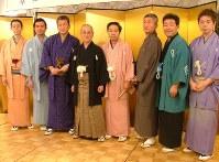 芸能生活60年を迎えた桂春団治さん(左から4人目)と一門の弟子たち。小春団治さんは左から2人目、梅団治さんは右から2人目、春雨さんは左端=2006年2月撮影