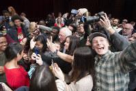 格差是正を訴える民主党大統領候補のサンダース上院議員と「自撮り」する若者たち=ニューハンプシャー州のダートマス大学で2016年1月14日、AP