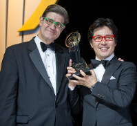 あのころ 業績をV字回復させ、2010年に起業家を表彰する「アントレプレナー・オブ・ザ・イヤー」を受賞。翌年、モナコで開かれた世界大会に日本代表として出席した田中仁社長(右)