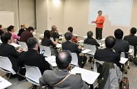 小池康郎・法政大教授が講師を務めた「都市魅力研究室」のセミナー=大阪市北区で、川平愛撮影