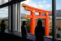 京都国立近代美術館の4階ロビーから見える平安神宮の大鳥居。思わず見とれてしまう迫力だ=京都市左京区で、小松雄介撮影