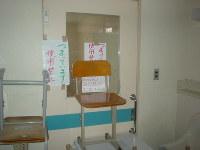 東日本大震災で避難所になった宮城県気仙沼市内の学校でも、トイレが詰まって使えなくなった=2011年4月撮影(日本トイレ研究所提供)