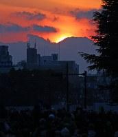 解体された旧国立競技場の跡地越しに見えたダイヤモンド富士=明治神宮外苑で2016年2月4日午後4時59分、長谷川直亮撮影