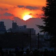解体された旧国立競技場の跡地越しに見えたダイヤモンド富士=明治神宮外苑で2016年2月4日午後4時58分、長谷川直亮撮影