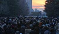 解体された旧国立競技場の跡地越しに見えるダイヤモンド富士を見るため集まった大勢の人たち=明治神宮外苑で2016年2月4日午後5時、長谷川直亮撮影