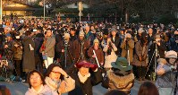 解体された旧国立競技場の跡地越しに見えるダイヤモンド富士を撮影しようと集まった大勢の人たち=明治神宮外苑で2016年2月4日午後4時32分、長谷川直亮撮影