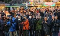 解体された旧国立競技場の跡地越しに見えるダイヤモンド富士を撮影しようと集まった大勢の人たち=明治神宮外苑で2016年2月4日午後4時35分、長谷川直亮撮影