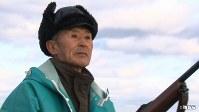 <プロフィル>俵静夫(たわら・しずお) トド猟師。1935年北海道生まれ。9人兄弟の長男。18歳で自分の船を買い独立。父親の影響で29歳のときトド猟をはじめる。80歳になった今もトドを取らせたら右に出るものはいないと言われる。「やっていない漁はない」と豪語するほど地元の海を知り尽くし、東京農大や北海道水産試験場などの研究を手伝うことも。島を愛し「海で死にたい」というまさに海の男。