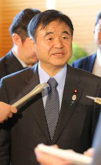 Olympics Minister Toshiaki Endo responds to reporters' questions following a Cabinet meeting at the prime minister's office on the morning of Feb. 5, 2016. (Mainichi)