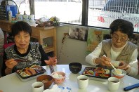 十分な本数の歯があり、元気に食事をするお年寄りたち=川崎市の老人施設「リハビリサポート溝口」で(同施設提供)
