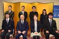 表彰式に臨んだ8人の受賞者ら=新潟市中央区の新潟会館で