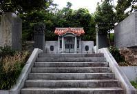 地元民や沖縄民謡を学ぶ人たちが参拝する赤犬子宮=沖縄県読谷村楚辺で、高尾具成撮影