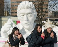 Attracting attention for its craftsmanship, a sculpture of Ayumu Goromaru, a star player in Japan's national rugby team, is seen in Odori Park in Chuo Ward, Sapporo, on Feb. 5, 2016. (Mainichi)