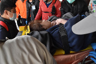 地震で崩壊した建物から救出された人=台湾南部の台南市で2016年2月6日、鈴木玲子撮影