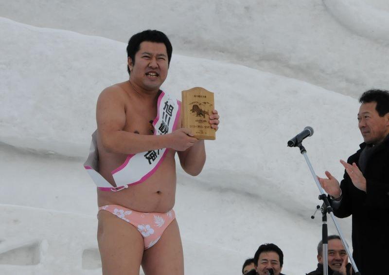 旭川市の観光大使に 「寒い」全裸ポーズは?