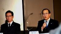 第3四半期決算について会見する東芝の室町正志社長(右)=2016年2月4日、亀井和真撮影