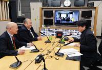 7日の収録では千葉キャスター(右端)が、東日本大震災の災害リポーター2人から現状を聞いた。収録分は15、22日に放送予定=大阪市北区の毎日放送で2016年2月7日、加古信志撮影