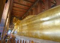 ワット・ポーの涅槃仏。長さ46メートル、高さ15メートルに及ぶ=2016年1月13日午後時3時ごろ、岩佐淳士撮影