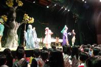 『<不思議の国のアリス>の帽子屋さんのお茶の会』公演=演劇集団円提供
