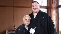 <プロフィル>白鵬翔(はくほう・しょう) 1985年モンゴル生まれ。父ムンフバトさんはモンゴル相撲の大横綱で、68年メキシコ五輪のレスリング銀メダリスト。2000年10月、15歳で来日。01年春場所初土俵。04年初場所新十両。同年夏場所、19歳1カ月で新入幕。06年3月に大関昇進。同年夏場所、21歳4カ月で初優勝。07年5月、第69代横綱に昇進。幕内優勝35回は歴代1位の大記録である。