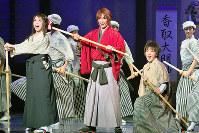 登場人物を生き生きと演じる早霧(中央)ら=宝塚市の宝塚大劇場で、山田哲也撮影