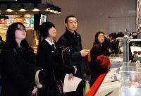 神戸大付属中の生徒と交流する多賀城高の(右から)宮田優香さん、平塚亜美さん、門間大輝さん=神戸市東灘区で、山本愛撮影