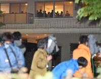 大勢の報道陣が見つめる中、旭化成建材の社長が出席する説明会に集まった住民ら=横浜市都筑区で昨年10月16日、望月亮一撮影