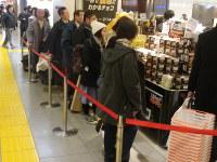 男性客も多く並ぶ店舗=東京都中央区のJR東京駅八重洲地下街で、柴沼均撮影