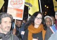 改憲案を審議中の下院前では人権団体による反対集会が行われた=パリで5日、賀有勇撮影