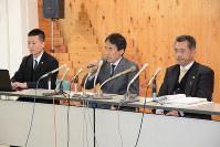 記者会見で事故の再発防止を訴える遺族の会代表、田原義則さん(中央)ら=長野県庁で2016年2月10日午後3時14分、安元久美子撮影