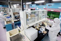 化学分析棟で海水や地下水などを測定する作業員=福島第1原発で2016年2月12日午前10時51分、森田剛史撮影