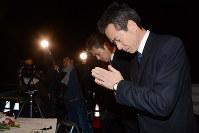 事故発生時刻に合わせて現場に向かって手を合わせた事故を起こしたバスの運営会社「イーエスピー」の高橋美作社長(右)と山本崇人営業部長(左)=長野県軽井沢町で2016年2月15日、安元久美子撮影